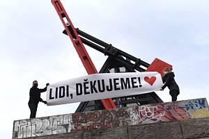 Na pražskou Letnou se 26. března 2020 po několika měsících vrátilo kyvadlo od sochaře Vratislava Nováka. Během zkoušky na kyvadle zavlál transparent s poděkováním lidem, kteří pomáhají v boji s koronavirem.