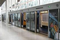 BEZPEČNĚJŠÍ. Nástupiště by měla být oddělená od kolejí dveřmi. Tak, jak to mají v Paříži (na snímku) nebo v Turíně.