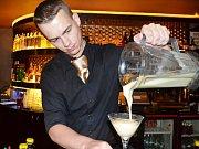Nebe cocktail & music bar na Václavském náměstí v Praze: příprava frash drinků.