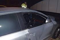 Dopadnout vykradače aut přímo při činu se na parkovišti nedaleko stanice metra Rajská zahrada podařilo hlídce pražských strážníků z Černého Mostu.