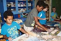 Kluci se nejvíce našli v keramické dílně. Předhání se, který vyrobí nejvíce kapříků. Současně taky počítají, kolik při jejich prodeji utrží.
