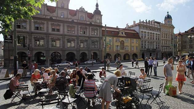 Stolky a židle na Malostranském náměstí. Ilustrační foto.