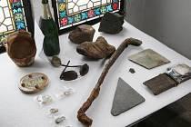Prezentace některých nálezů z průzkumu vltavského dne, k němuž došlo v roce 2014 v oblasti pod Staroměstskou mosteckou věží v Praze. Vyzvednuto tehdy bylo přes 1000 artefaktů.