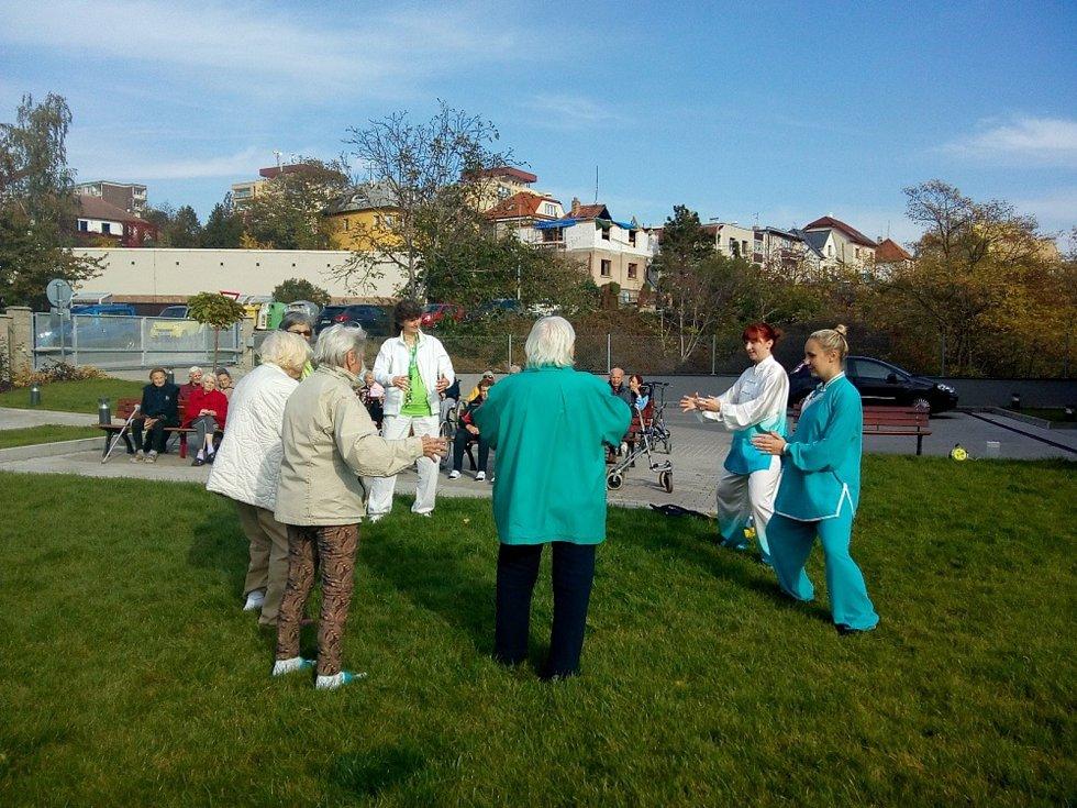 Klienti cvičí tai-chi v modřanském Alzheimer Home.