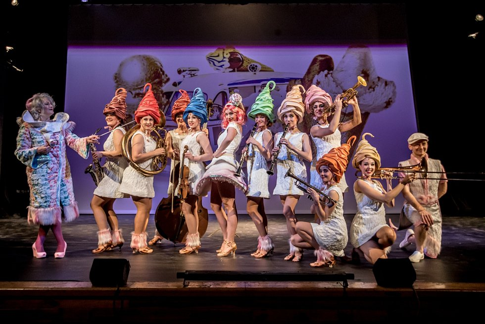 Tisková konference a ukázka muzikálu Sugar (Někdo to rád horké) proběhla 19. dubna v pražském Divadle Na Fidlovačce.