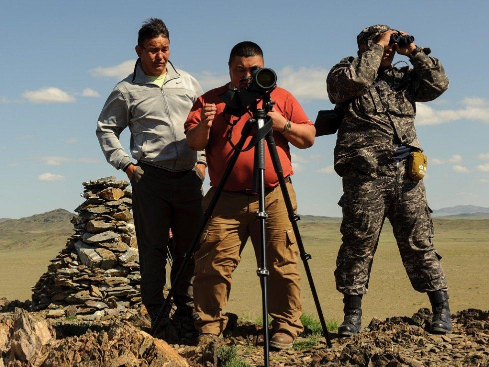 """Ředitel chráněné oblasti Gobi B Banbátar sleduje """"své"""" koně Převalského. Spolu se strážci má nyní k dispozici i studenty z Ulánbátaru."""