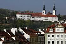 Pohled z Hradčanského náměstí na Strahovský klášter premonstrátů v Praze na Hradčanech.