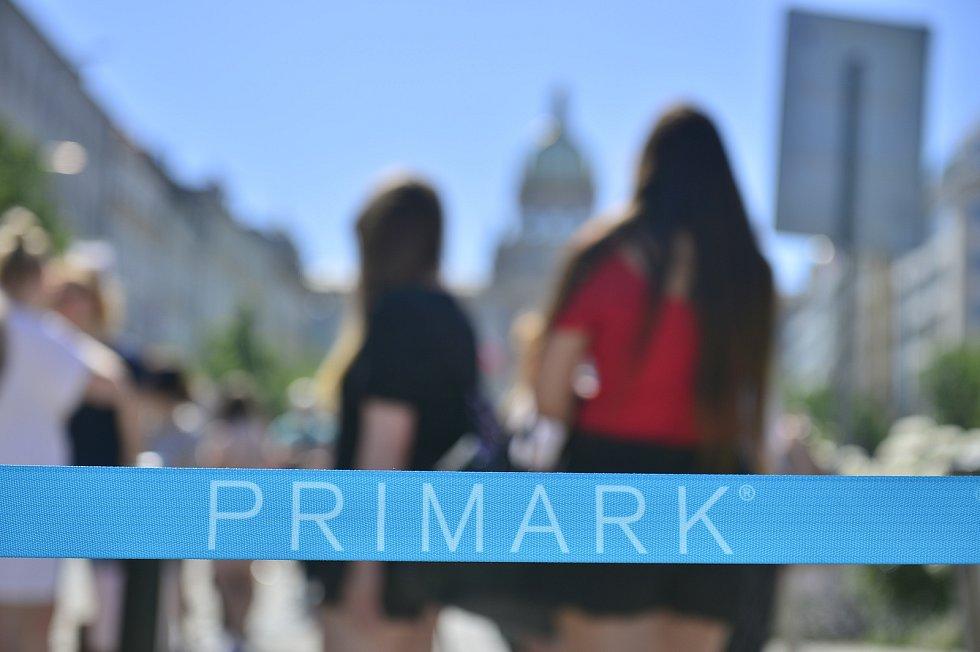 Nekonečné fronty zákazníků. V Praze otevřel obchod řetězec Primark