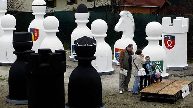 Světový unikát Karlštejnské šachy, šachové figurky s logy měst Karlštejsnka, byly naposledy k vidění pohromadě 18. listopadu na pražském Ořechu.