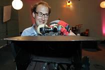 Natáčení závěrečných scén filmu režiséra Tomáše Pavlíčka s pracovním názvem Parádně pokecal. Autorská komedie zachycuje osudy 25letého Štěpána, který životem proplouvá bez valné snahy jej ovlivňovat. Na snímku režisér Tomáš Pavlíček.