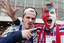 Fanoušci před O2 Arénou - zápas MS v hokeji mezi Českem a Švédskem.