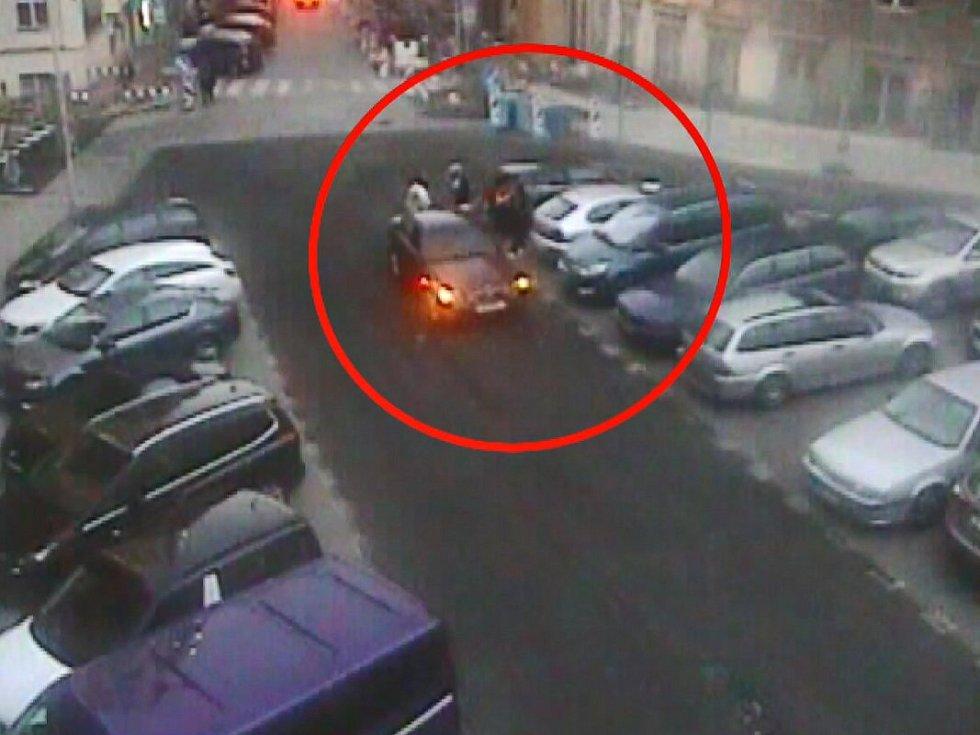 Spor o parkovací místo v Praze skončil jízdou na kapotě, kterou přerušil až strážník městské policie.