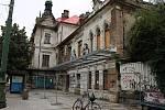 Chátrající budova nádraží Vyšehrad ohrožuje kolemjdoucí kvůli pádu zdiva, Praha 2 nechala památku obehnat plotem.