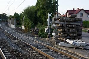 Oprava kolejí a železničního přejezdu v Uhříněvsi.