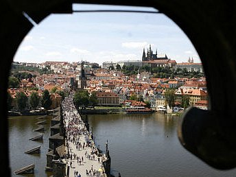 KARLŮV MOST, HRAD... A CO DÁL? Ačkoli se turistům v Praze líbí, mnozí se sem nevracejí. Může to být i proto, že mimo hlavní město vyjede jen menšina návštěvníků.