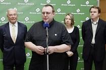 Podle předsedy Strany zelených Martina Bursíka má šanci například vůbec poprvé do politiky otevřeně vstoupit homosexuál, a to Jiří Hromada (u mikrofonu).