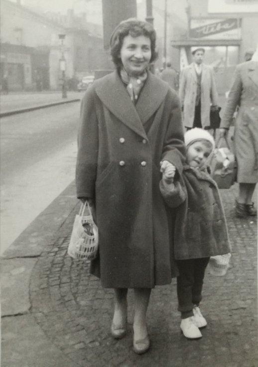 Marie Dubská s dcerou v 50. letech.