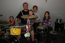 BOREK ONDRÁČEK není jen bubeník, ale také starostlivý čtyřnásobný otec. Splnil si svůj sen a zkušebnu, pro bubeníka nutnost, má přímo doma; hned vedle dětského pokoje.