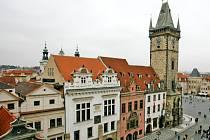 Blok deseti domů, stojící na Staroměstském a Malém náměstí a v ulici U Radnice v Praze, by se mohl proměnit v luxusní bytovky. Od doby, co je před osmi lety opustili magistrátní úředníci, komplex chátrá.