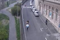 Kamerový systém zachytil dva prchající zloděje poté, co z octavie zaparkované v Příběnické ulici v Praze ukradli navigační systém v hodnotě 75 tisíc korun.