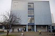 Žáci a studenti Základní školy a Střední školy v Kupeckého ulici na pražském Jižním Městě čekali ve středu 7. prosince 2011 před školou před jejím otevřením před devátou hodinou z důvodů stávky učitelů.