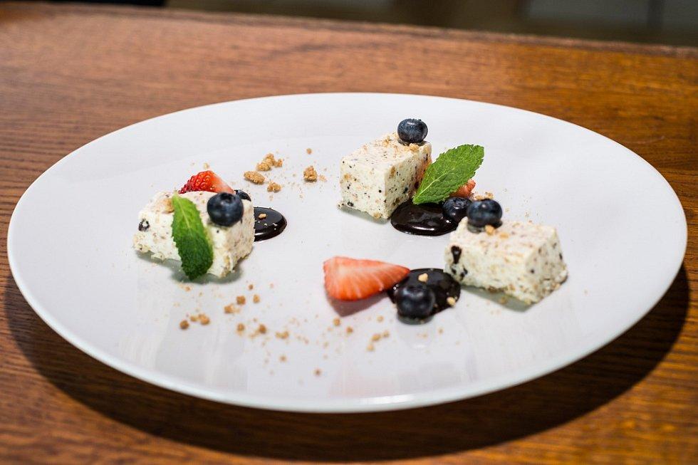 Specialita italského šéfkuchaře Sergia Ferrariniho: zmrzlinové semifreddo s krokantem na čokoládovém krému.
