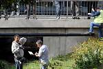 MÍSTO ČINU. Kriminalisté pronásledovali recidivistu, ten se svým autem havaroval a poté se strhla střelba. Po ní zůstali na místě dva mrtví (Na snímku mrtvý střelec.)