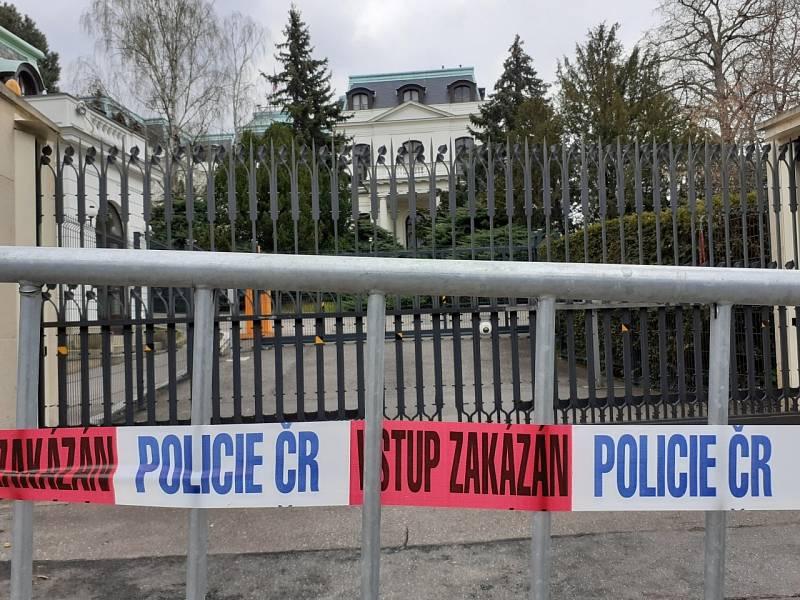 V neděli 18. dubna 2021 hlídala prostor před ruskou ambasádou v Praze policie.