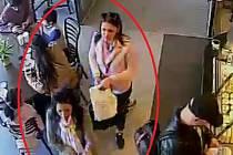 Kapsářka vytáhla z kapsy mužova saka peněženku.