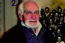 Historik Toman Brod před snímkem své třídy z jara 1942.