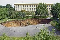 U budovy ministerstva kultury se propadla část parkoviště a zahrady (na snímku).