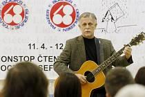 Nonstop čtení 68' Publishers jako pocta Josefu Škvoreckému probíhalo 11. dubna na pražském gymnáziu Josefa Škvoreckého.  Na snímku Jiří Dědeček.