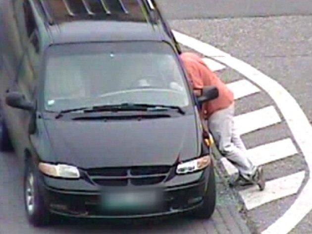 Muž prorazil hlavou okno stojícího auta.