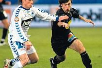 Fotbalista Bohemians 1905 Jan Morávek v souboji s Filipem Dortem, včerejší přípravný duel v Liberci skončil výhrou hostů 3:0.