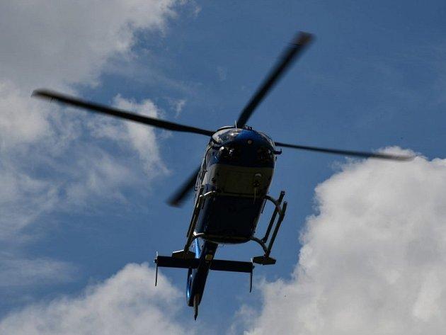 V pražských Řeporyjích popelář přimáčkl kolegu k bráně. Na místo letěl vrtulník.