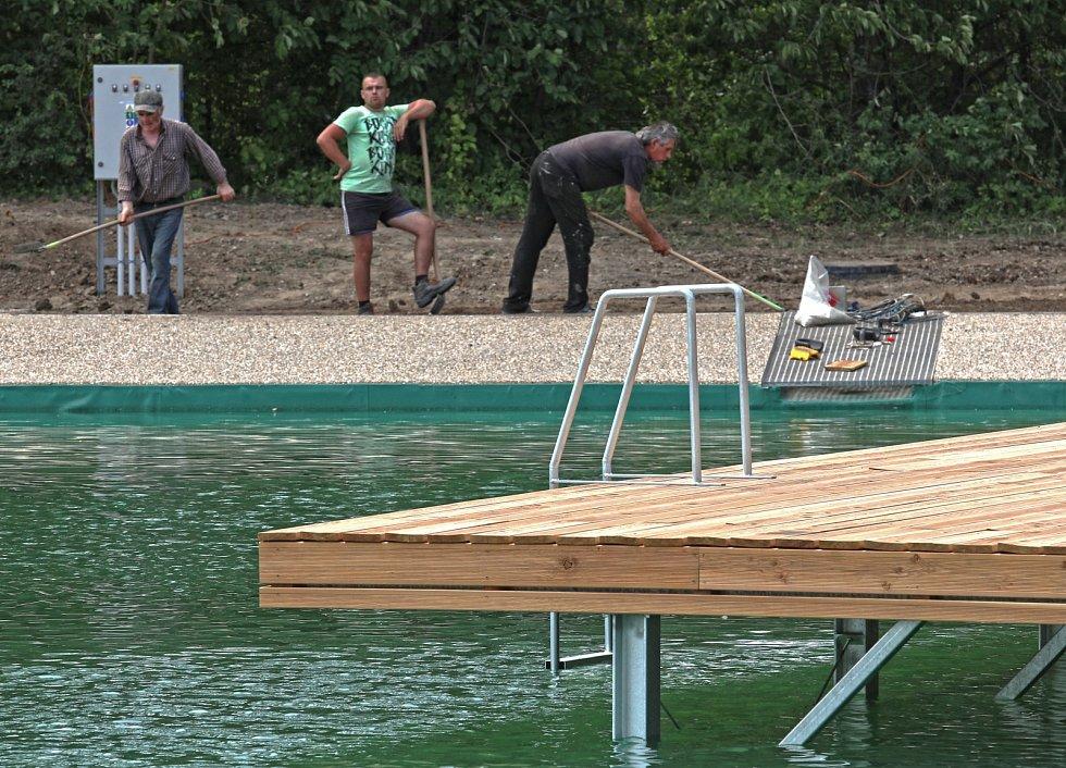Přístup do bazénu bude možný buď po schůdkách, svažující se plošině nebo přímo z mola.