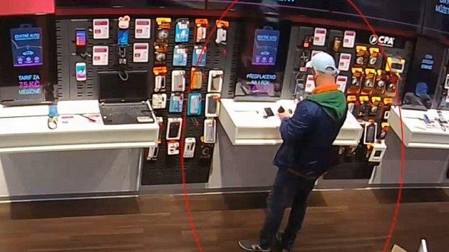 Muž si z prodejny na Zličíně odnesl mobilní telefon.