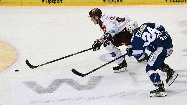 Čtvrtfinále play off hokejové extraligy - 2. zápas: HC Sparta Praha - HC Kometa Brno. Zleva Miroslav Forman ze Sparty a Michal Gulaši z Brna.