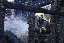 V šetření hasičů zůstává mohutný požár černé skládky v Dubči na okraji metropole.