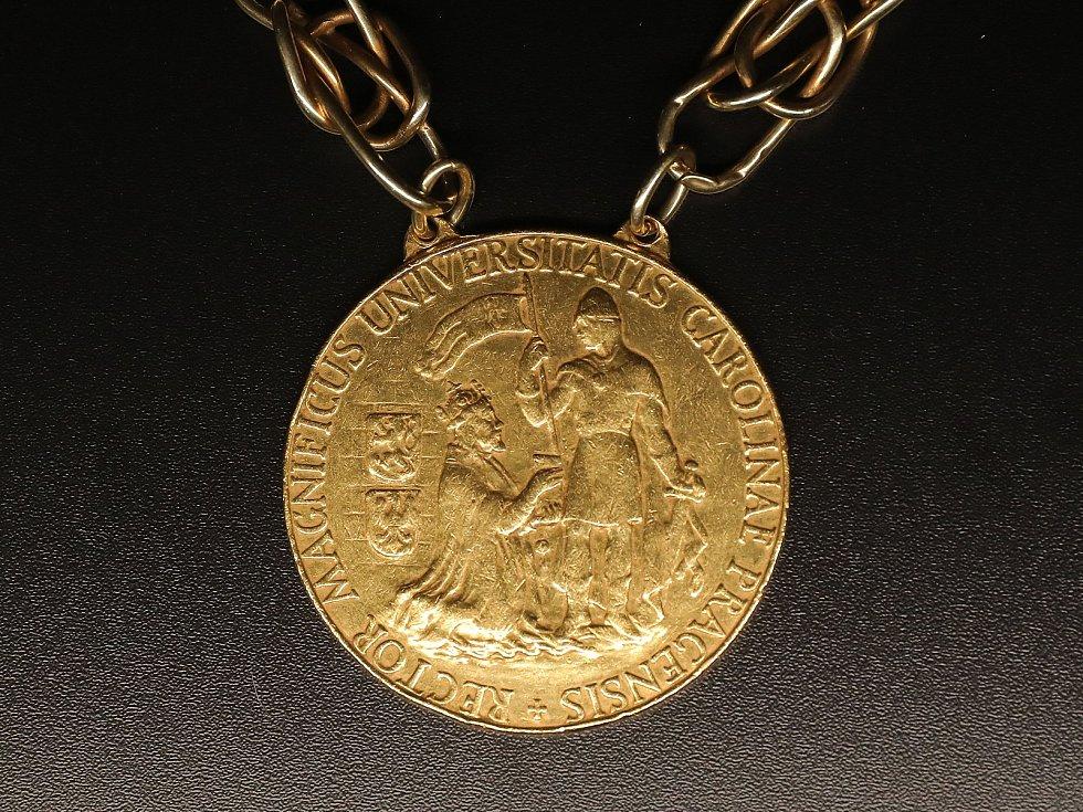 Výstava Insignií Univerzity Karlovy v Karolinu. Na snímku Katénní medaile rektora Univerzity Karlovy.