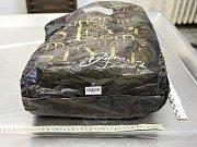 Mrtvý novorozenec byl zabalený do igelitové tašky s označením firmy Dynamite, která není na českém trhu k dostání.