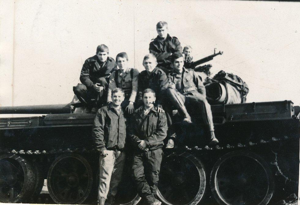 Tadeusz Oratowski (nahoře druhý zleva) s příslušníky svého pluku.