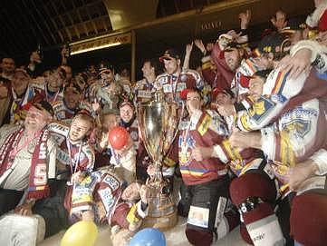 JE TO TAM! Hokejisté pražské Sparty obhájili po sobotním vítězství nad Pardubicemi mistrovský titul.