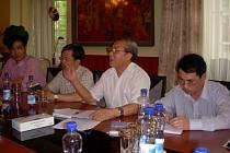 Atašé velvyslanectví VSR v ČR pan Nguyen Quoc Lap (v bílé košili) s vyhlášením války vietnamské narkomafii souhlasil.