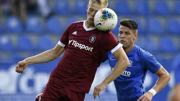 Filip Panák (na snímku v souboji o míč s Imadem Rondičem) se ukázal na hřišti po více než tisícidenní pauze.