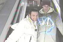LUPIČ. Bezpečnostní kamery ho zachytily na eskalátoru ( na snímku vpravo) a ve vestibulu metra.