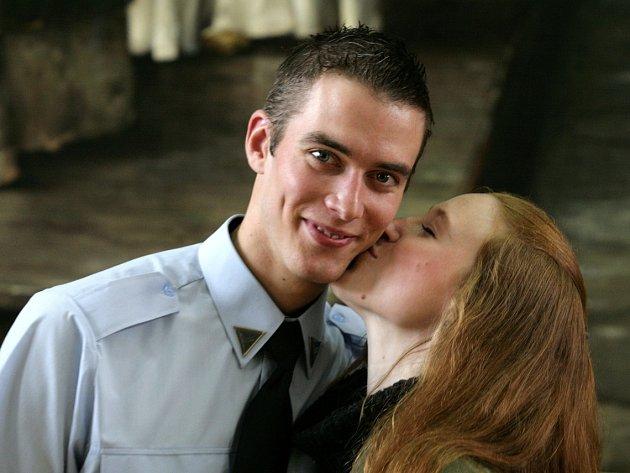 SLADKÁ ODMĚNA. Na konci minulého roku zachránil městský strážník Karel Chomát lidský život. Vysloužil si za to nejen obdiv své přítelkyně Anny Hronové, ale i velkou pusu.