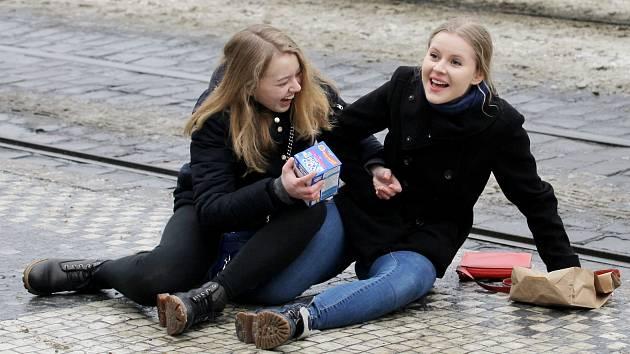 Zledovatělé chodníky a pády chodců v Praze.