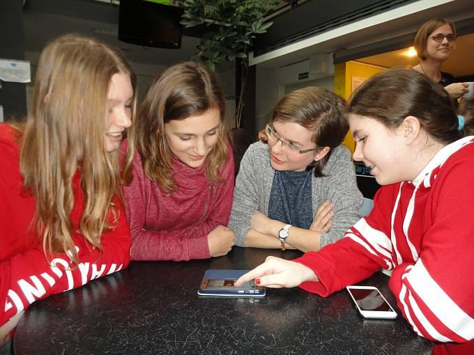 Tým dívek ze ZŠ Chodov ladí detaily před závěrečnou prezentací. Zleva: Anna Málová, Tereza Ratajová, Anna Hájková a Vendula Kaplanová