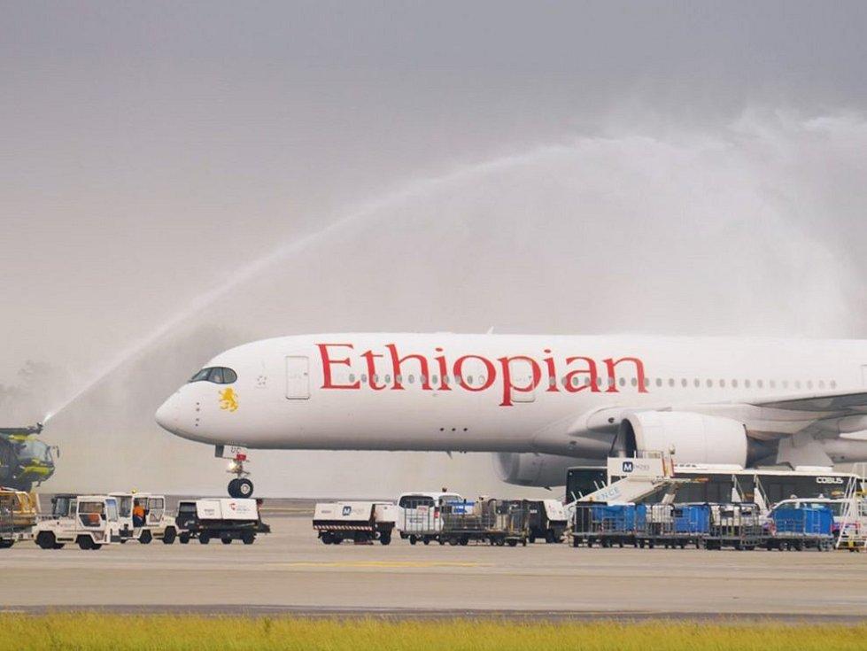 Vodní slavobrána pro let Ethiopian Airlines po příletu z Frankfurtu do Prahy.